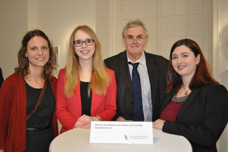 Prof. Dr. Ralf Kleinfeld and the award winners Caroline Mulert, Svenja Gödecke und Christina Hafkemeyer (left to right). Picture: Utz Lederbogen